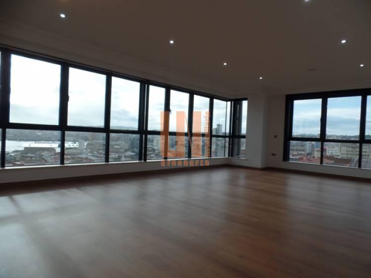 137 m² úitles, vistas al puerto. Plaza de garaje.